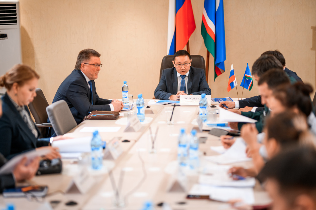 Компанию на совещании представлял заместитель генерального директора Анатолий Ковригин (слева)